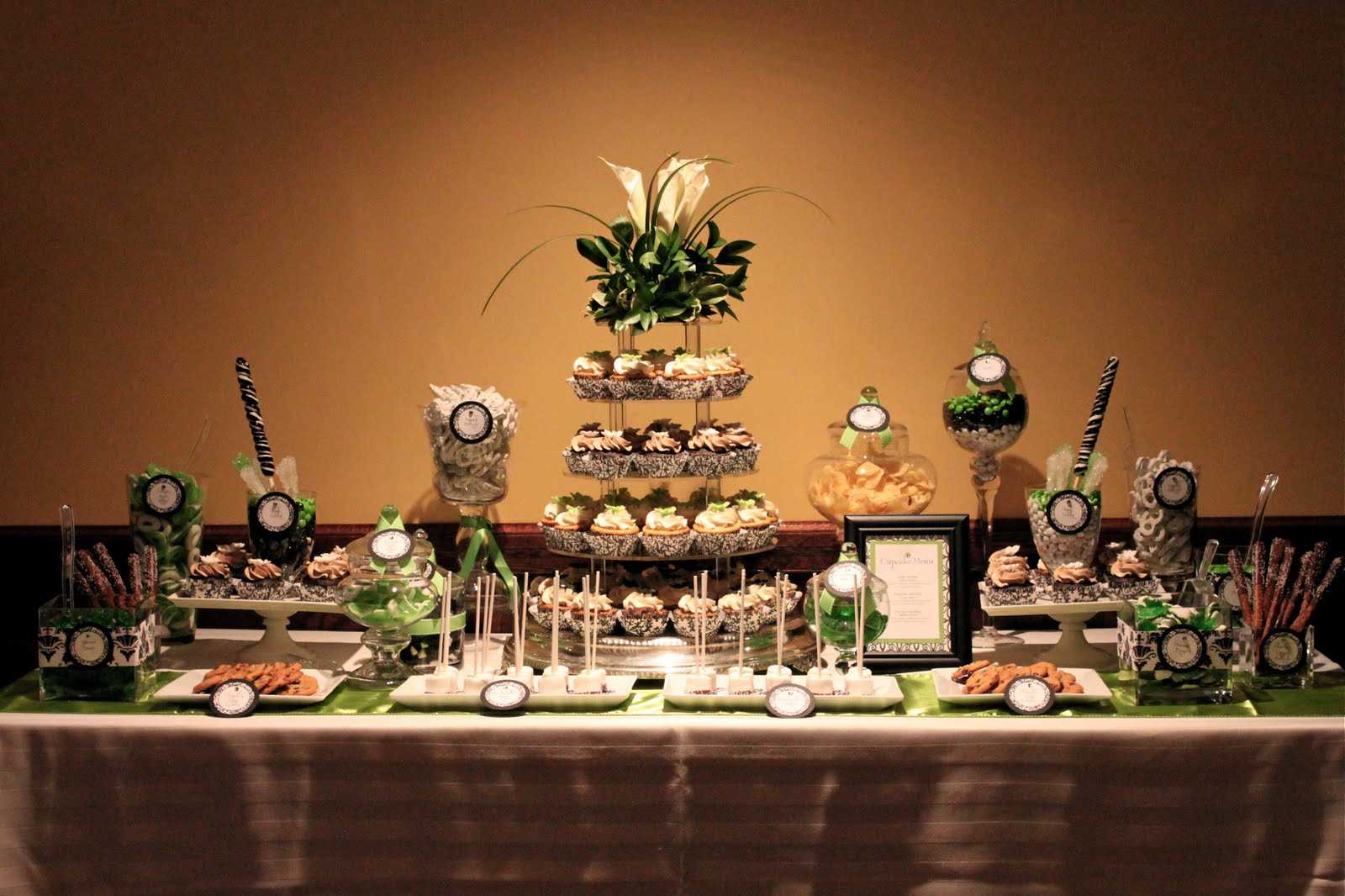Kate mike s wedding sweets table thecouturecakery for Mesa de dulces para boda